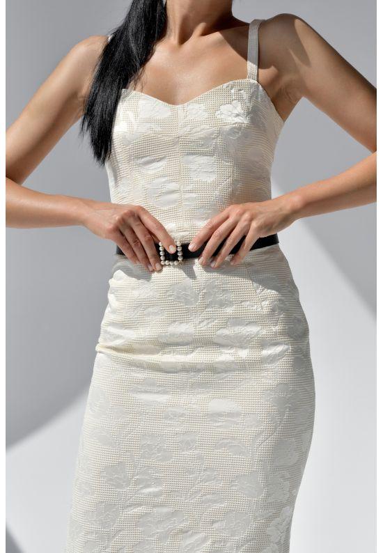 Белое элегантное платье на бретелях
