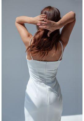 Белое платье-сарафан на жемчужных бретелях