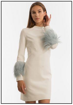 Белое платье с меховыми манжетами