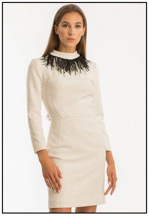 Белое платье с украшением из страусиных перьев
