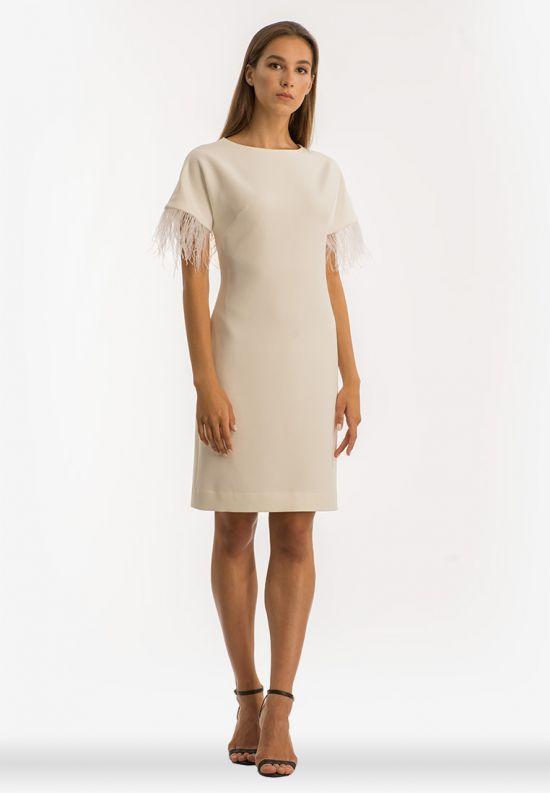 Белое платье со страусинными перьями