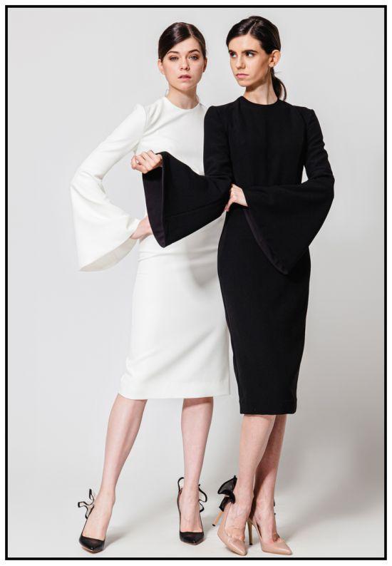 Черное платье-футляр с рукавами-клеш