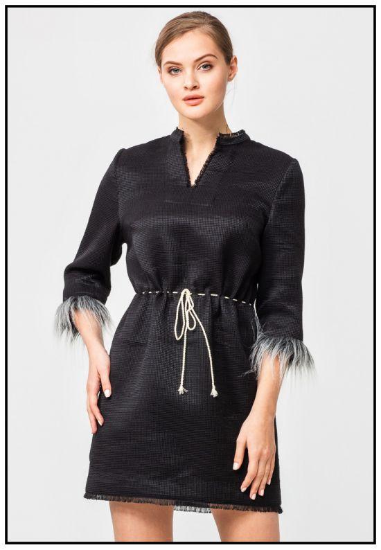 Черное платье из фактурного шелка