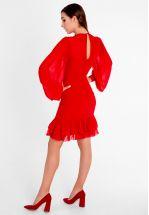 Эффектное красное платье со сборкой