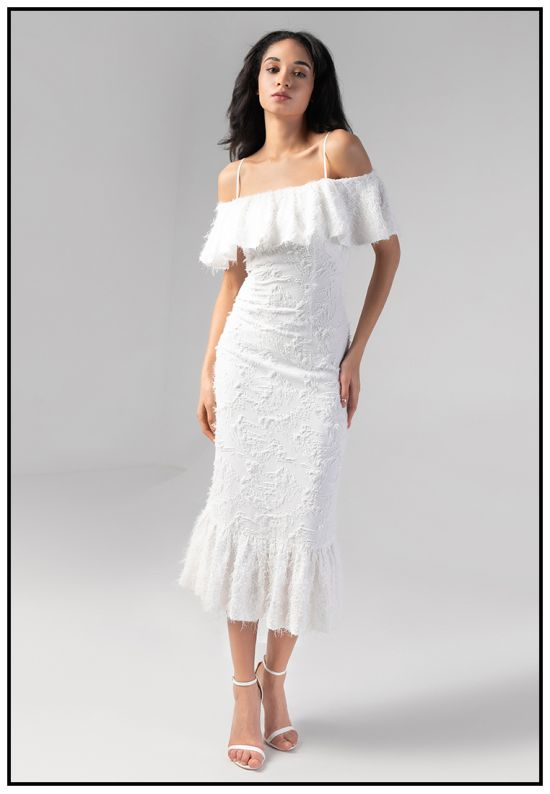 Коктейльное белое платье с воланами