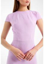 Лиловое платье-футляр до колена