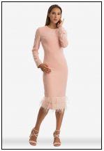 Нежное персиковое платье со страусиными перьями