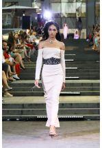 Вечернее нюдовое платье с открытыми плечами