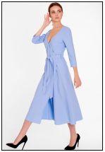 Женственное платье на запах в голубом цвете